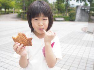 enfant qui mange un taiyaki