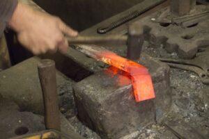 travail de forge du couteau japonais