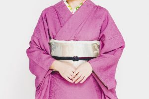 femme en kimono rose